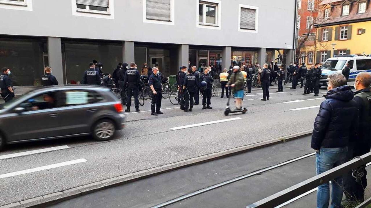 Am Greiffeneggring räumte die Polizei ...weifler  und Impfgegner protestierten.  | Foto: Peter Disch