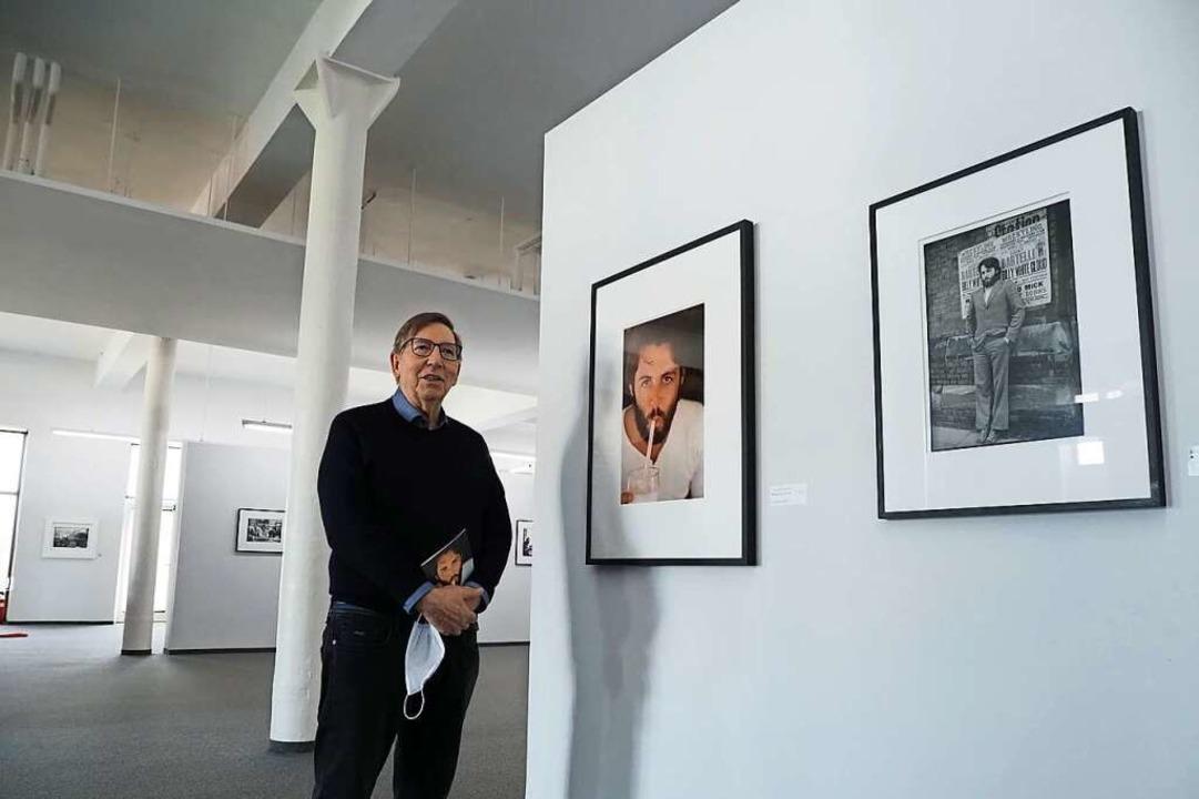 Jürgen Messmer vor einem Porträtfoto v...cCartney, das ihren Gatten Paul zeigt.  | Foto: Michael Haberer