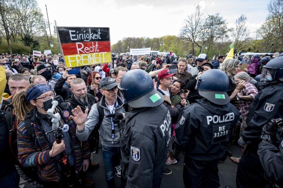Begleitet wurde die Debatte im Bundestag von einer großen  Demonstration.  | Foto: Fabian Sommer (dpa)