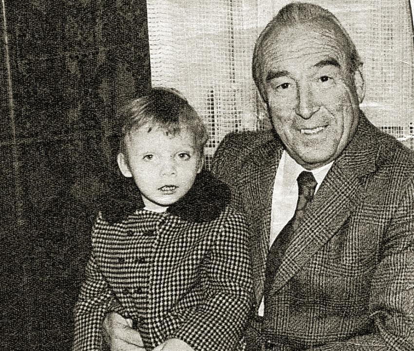 Bürgermeister Hans Gallinger  mit dem kleinen Andreas Bela auf dem Schoß.    Foto: Roland Weis