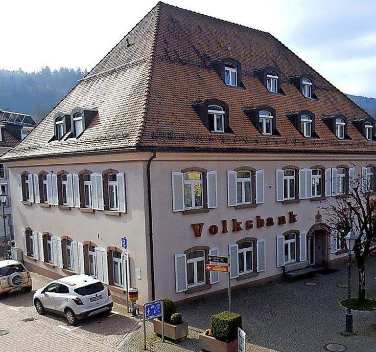 Die Volksbank will im bisher von ihr m... Obergeschoss drei Wohnungen einbauen.  | Foto: Kurt Meier