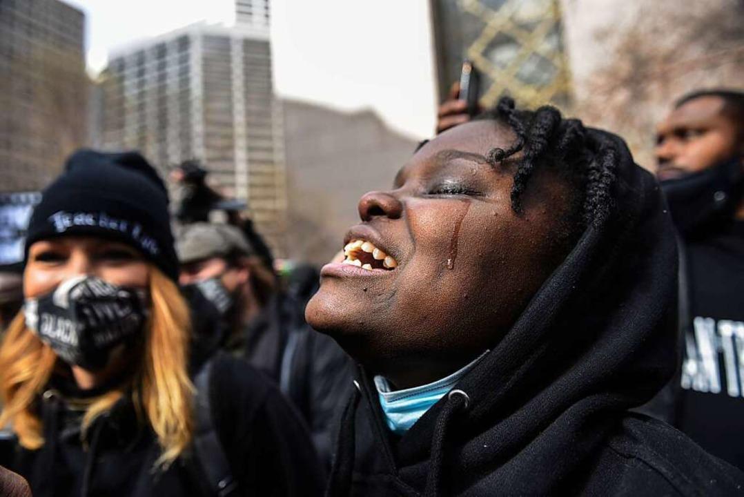 Schwarze in Minneapolis freuen sich un... eine jahrzehntelange Gefängnisstrafe.    Foto: Stephanie Keith (dpa)