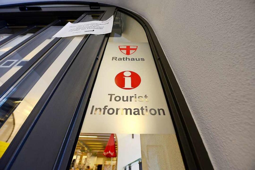 Die Touristen Information am Rathausplatz: geschlossen und doch erreichbar  | Foto: Ingo Schneider
