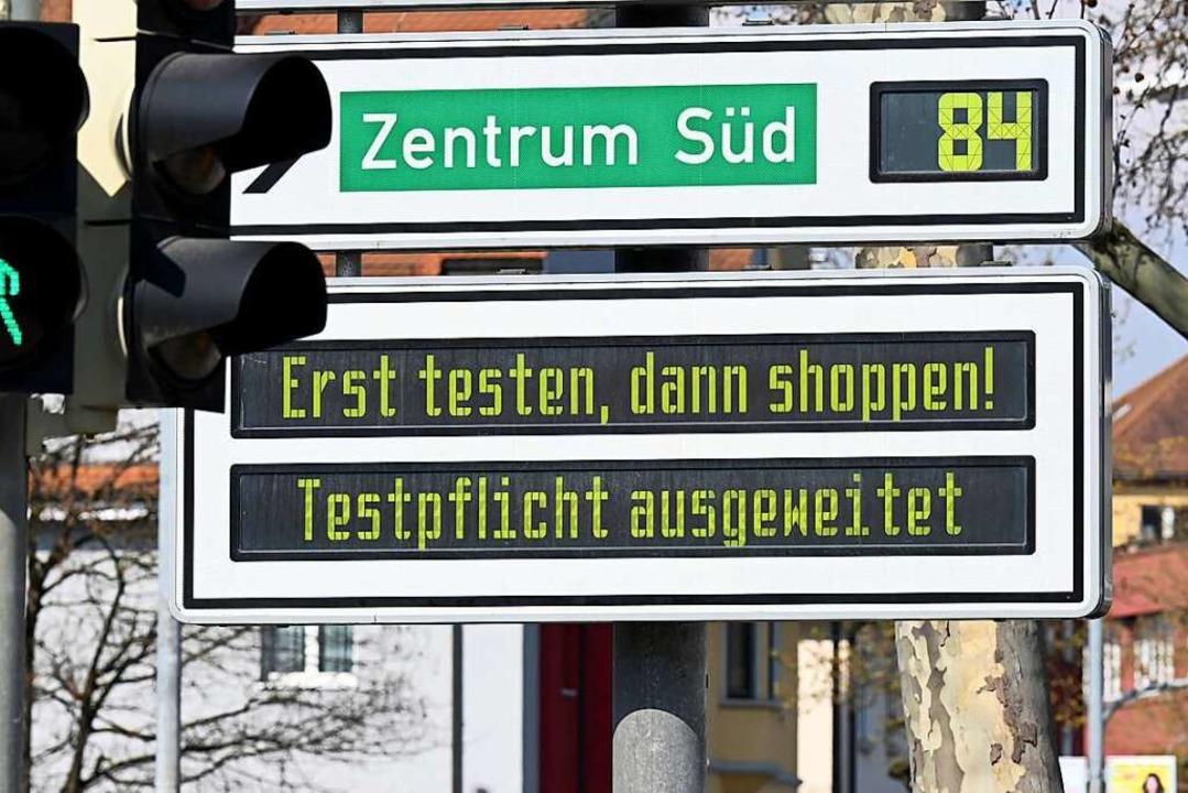 Das Modellprojekt in Tübingen war Mitt...egt, stieg sie im Landkreis auf 181,5.  | Foto: Bernd Weissbrod (dpa)