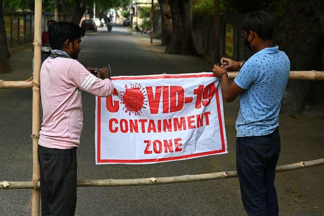 Indien, Prayagraj: Städtische Arbeiter...der Corona-Pandemie abgeriegelt wurde.  | Foto: Prabhat Kumar Verma (dpa)