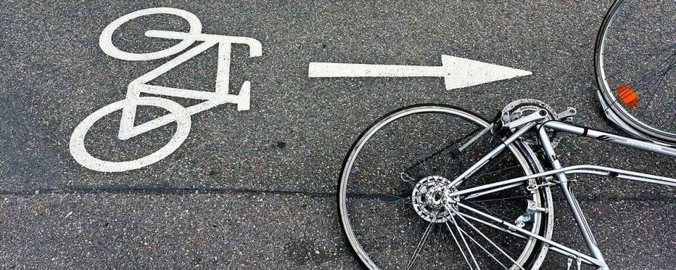 Autofahrer bringt im Industriegebiet Nord Radlerin zu Fall und flüchtet