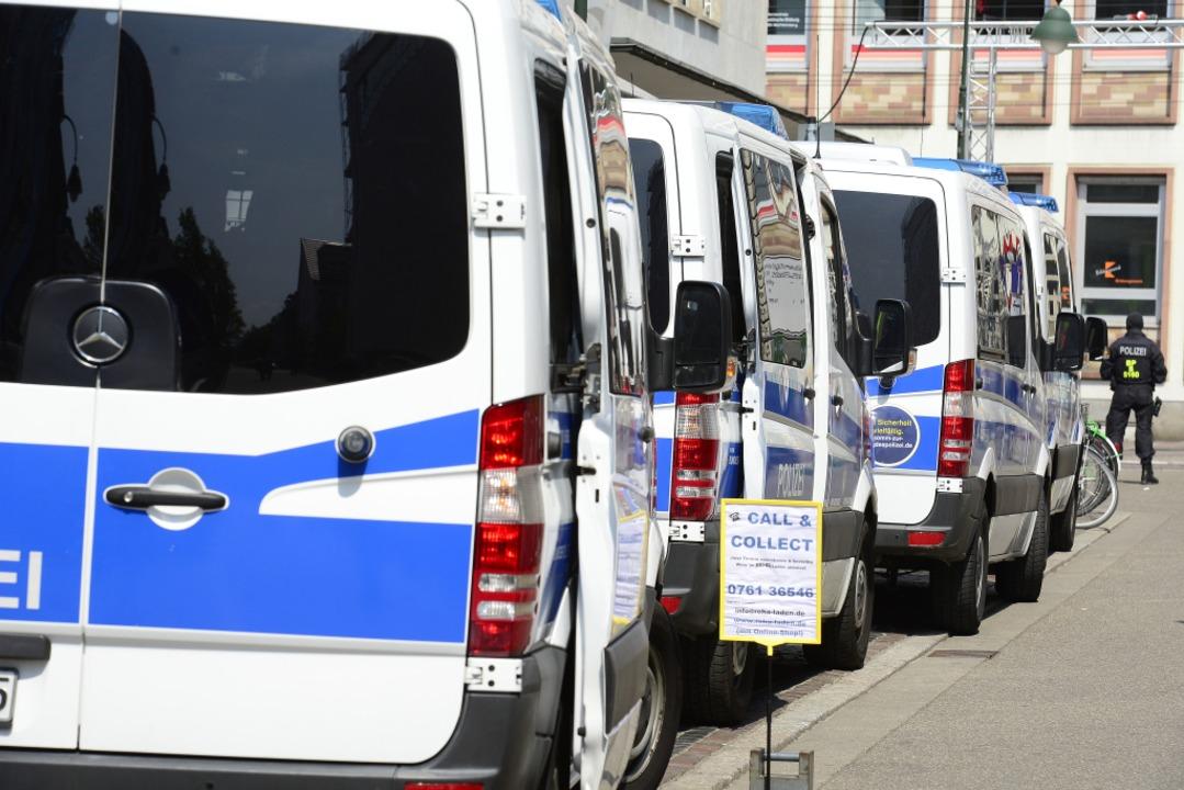 Einsatzfahrzeuge in der Moltkestraße.  | Foto: Ingo Schneider