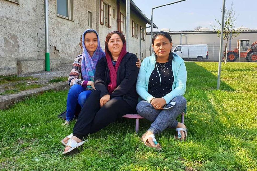 Drei Frauen sitzen auf der Wiese vor i...r Geflüchtete endlich wieder losgehen.  | Foto: Theresa Steudel