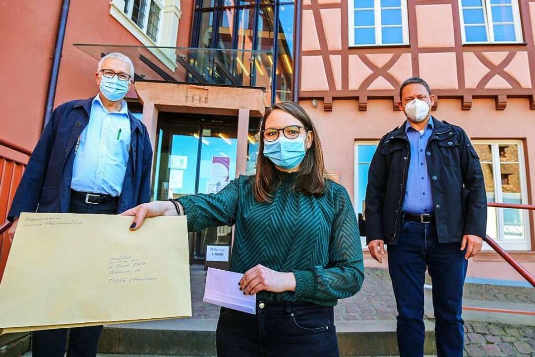 Hauptamtsleiterin Julia Zehnle hält de...ben am 31. März  die Listen übergeben.  | Foto: Sandra Decoux-Kone