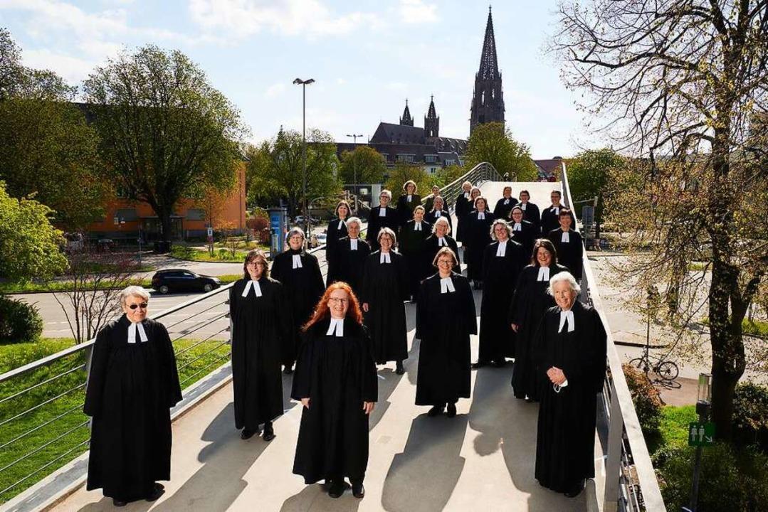 Zum Gruppenbild haben die evangelische... Schatten des (katholischen) Münsters.    Foto: Bernd Schumacher