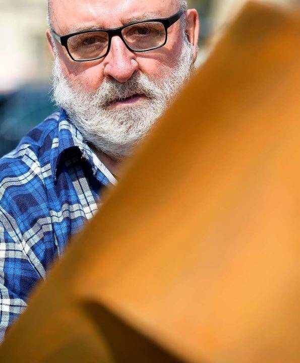 Robert Schad begutachtet eines der Teile der Skulptur.    Foto: Ingo Schneider