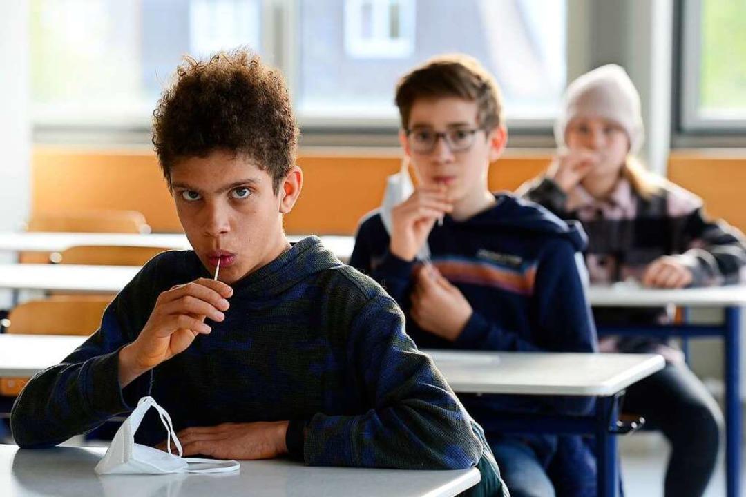 Sieht aus, als würden die Schüler an L...n. Die Lollis sind aber Teststäbchen.   | Foto: Ingo Schneider