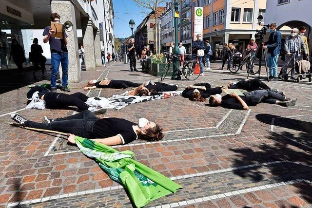 Aktivisten von Fridays for Future Freiburg sterben symbolisch auf der Kaiser-Joseph-Straße