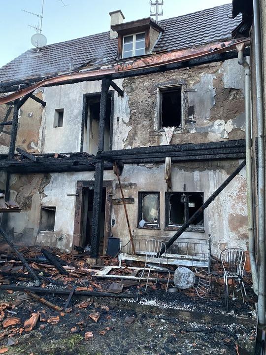 So zeigte sich nach dem Brand das betroffene Wohnhaus.  | Foto: Günter Lenke