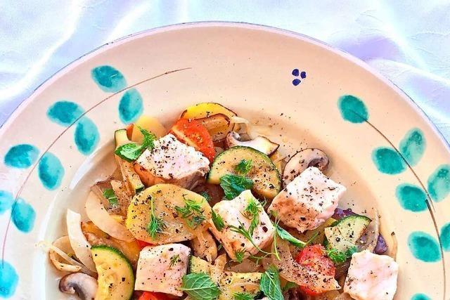 Sanft geschmurgelter Lachs auf Gemüse-Potpourri