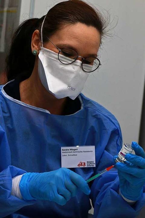 Stunde um Stunde zieht Sandra Wiegert ...Lahrer Kreisimpfzentrums Spritzen auf.    Foto: Claudia Müller