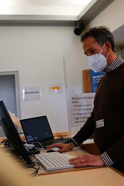 Vom Hotel ins Impfzentrum: Alessio De ...t Concierge, nun begrüßt er Impflinge.    Foto: Claudia Müller