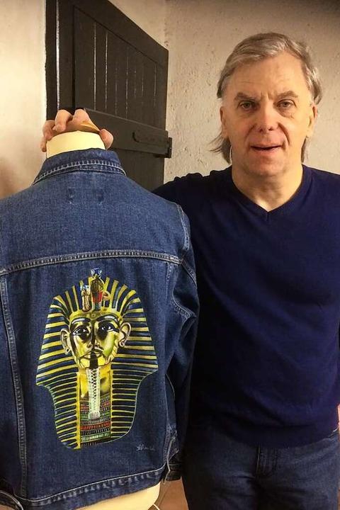 Jürgen Schmid zeigt eine Jeans-Jacke mit Pharao Tutechamun in Airbrush-Technik.  | Foto: Annemarie Rösch