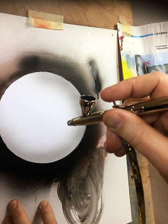 Jürgen Schmid gestaltet eine Kugel in der Airbrush-Technik  | Foto: Annemarie Rösch