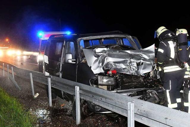 Zwei verletzte Personen und hoher Sachschaden bei Unfall auf der Autobahn