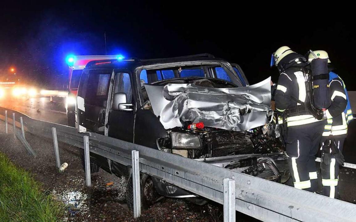 Ein VW-Bus war  auf einen Sattelzug aufgefahren.    Foto: Wolfgang Künstle