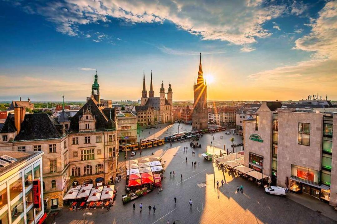 Weitläufiger Marktplatz in Halle: Die ...er Stadt an der Saale einst Wohlstand.  | Foto: Thomas Ziegler (dpa)