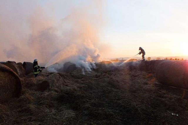 50 Strohballen brennen, Feuerwehr unterbindet den Brand des Dreschschopfes