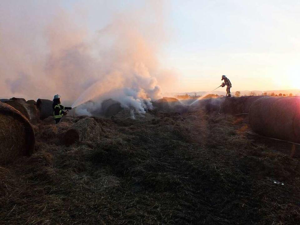Der Brand  war erst nach fünf  Stunden unter Kontrolle.    Foto: Rudi Rest