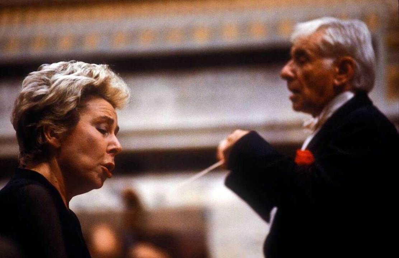 Ludwig  mit dem Dirigenten Leonard Bernstein, wahrscheinlich um 1983.  | Foto: imago stock&people