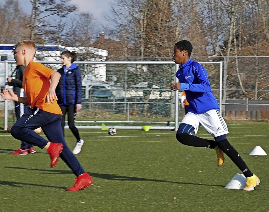 Mehr Geschwindigkeit, mehr Kraft: Die ... Hintergrund Trainerin Deborah Pollak.  | Foto: Jürgen Ruoff