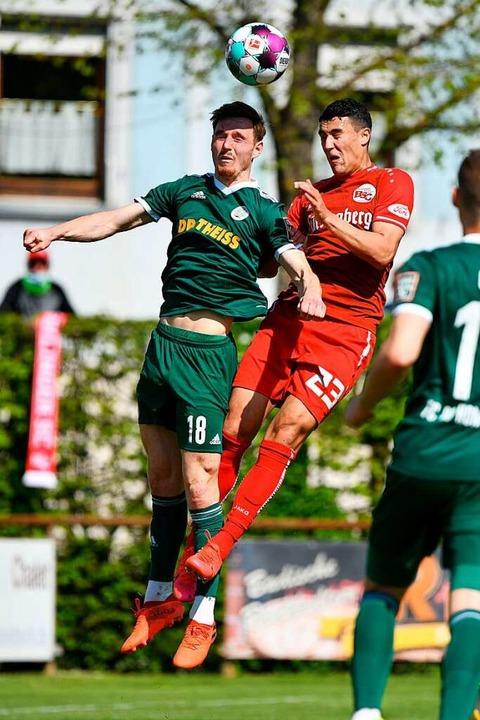 Philipp Schuck vom FC 08 Homburg (link...vakovic den Ball aufs Tor köpfen kann.    Foto: Claus G. Stoll