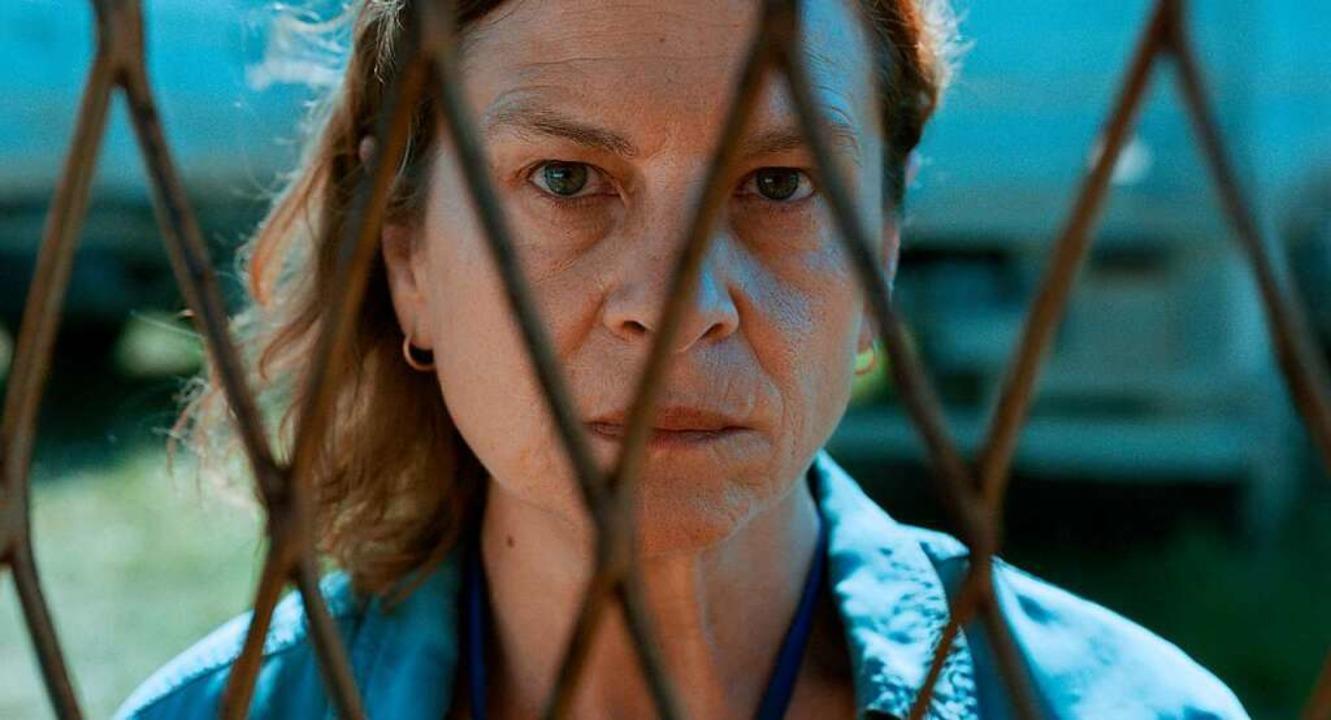 Aida (Jasna Ðuricic) übersetzt die Wor...l genommen und ihre Familie zerrissen.  | Foto: Farbfil-Verleih/Christine A. Maier