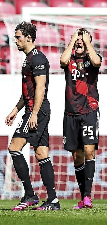 Zum Haareraufen: Die Bayern-Spieler Th...rn sich über die Niederlage in Mainz.   | Foto: Tom Weller (dpa)