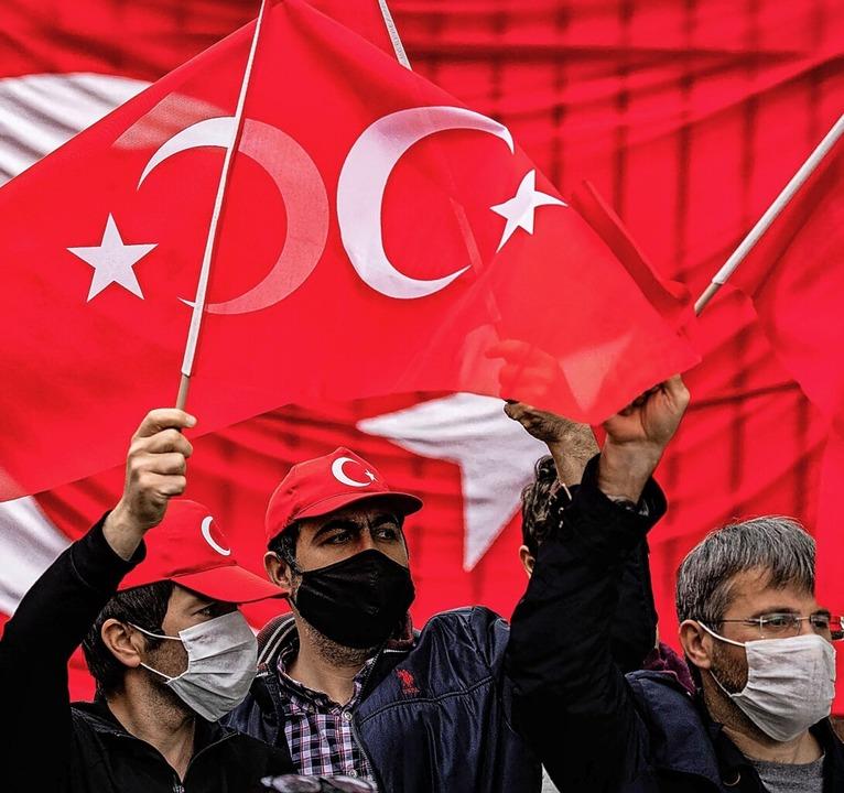 Proteste in Washington: Pro-türkische ...ürkischen Botschaft in den USA Fahnen.  | Foto: SAMUEL CORUM (AFP)