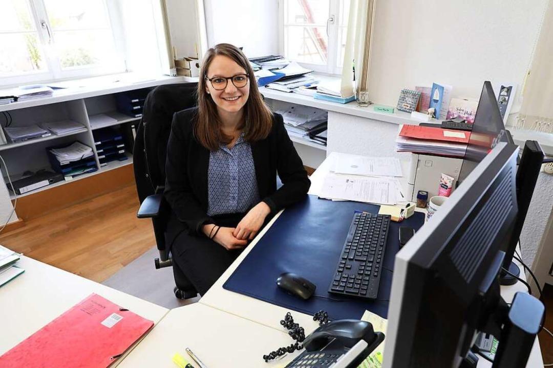 Julia Zehnle fühlt sich wohl an ihrem Schreibtisch im Hauptamt.  | Foto: Christoph Breithaupt