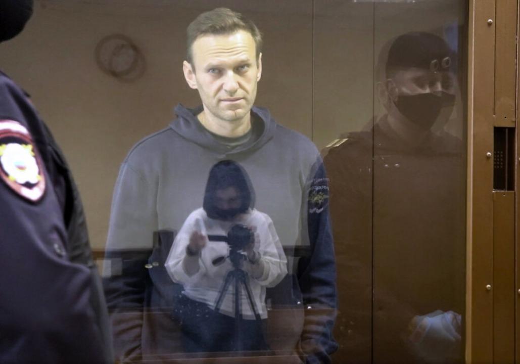 In diesem vom Bezirksgericht Babuskins...wegen Verleumdung in einem Glaskasten.  | Foto: Uncredited (dpa)