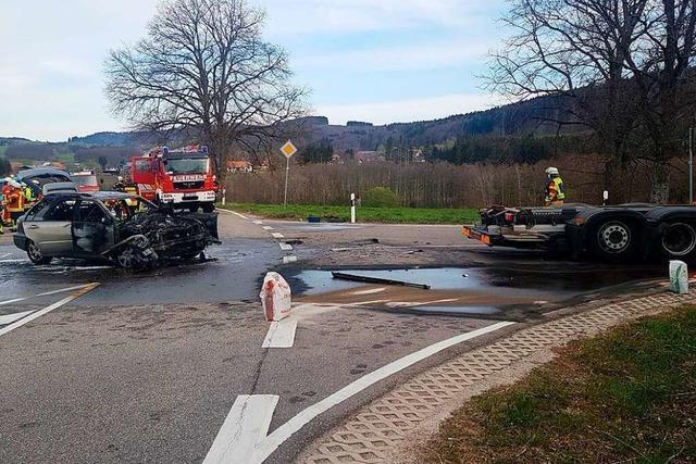 Auto brennt bei Unfall in Rickenbach komplett aus