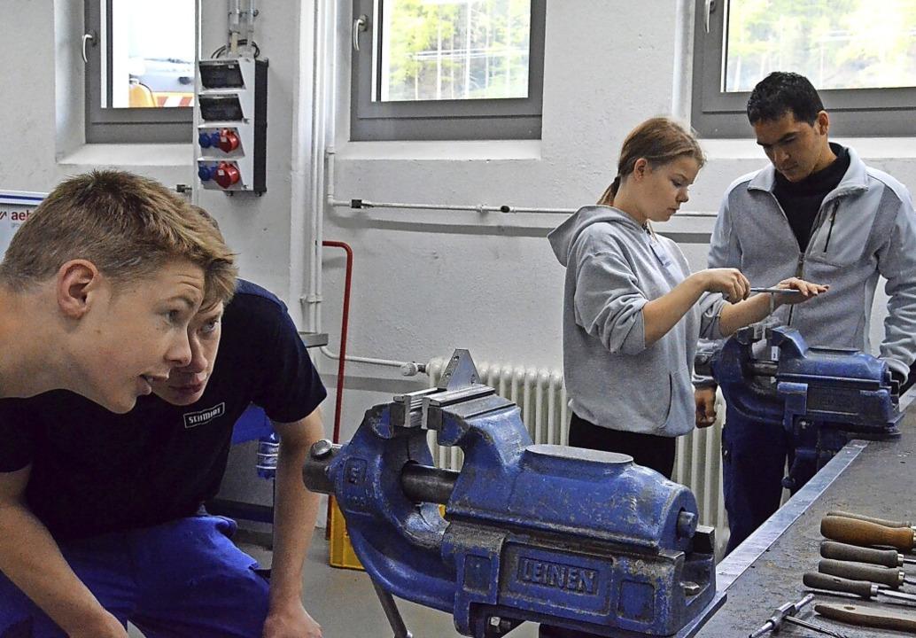 In der Industrie, zum Beispiel bei Aeb...n auch weiterhin Ausbildungsplätze an.    Foto: Sebastian Barthmes