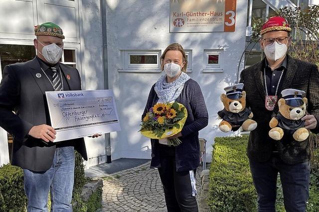 Die Hexenzunft spendet 6000 Euro und Teddys