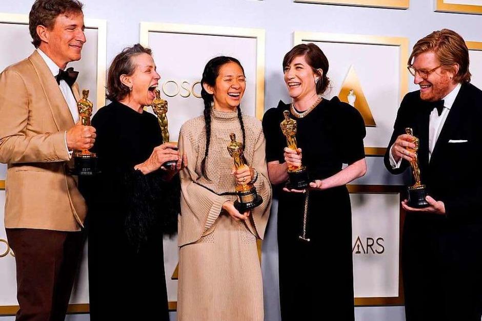 Von Links: Die Produzenten  Peter Spears, Frances McDormand, Chloe Zhao, Mollye Asher und Dan Janvey. (Foto: CHRIS PIZZELLO (AFP))