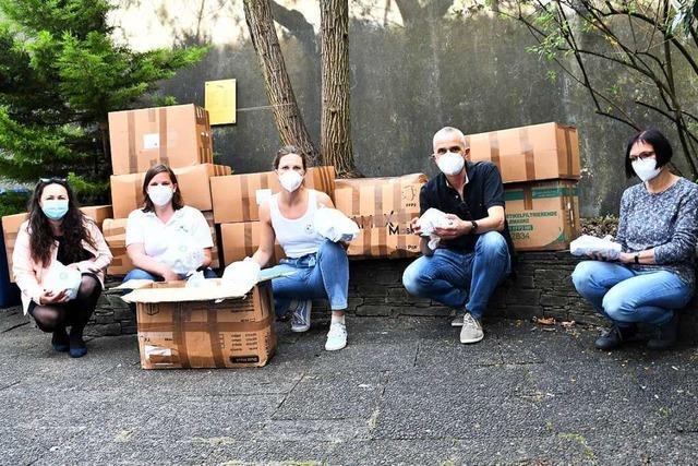 Apotheker packen 500 Hygienetüten für Obdachlose