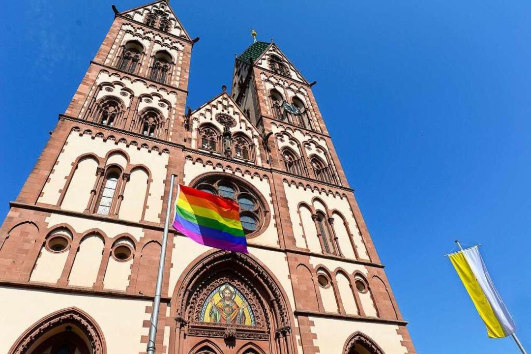 Vor der Herz-Jesu-Kirche hängt zur Zeit eine Regenbogenflagge.    Foto: Ingo Schneider