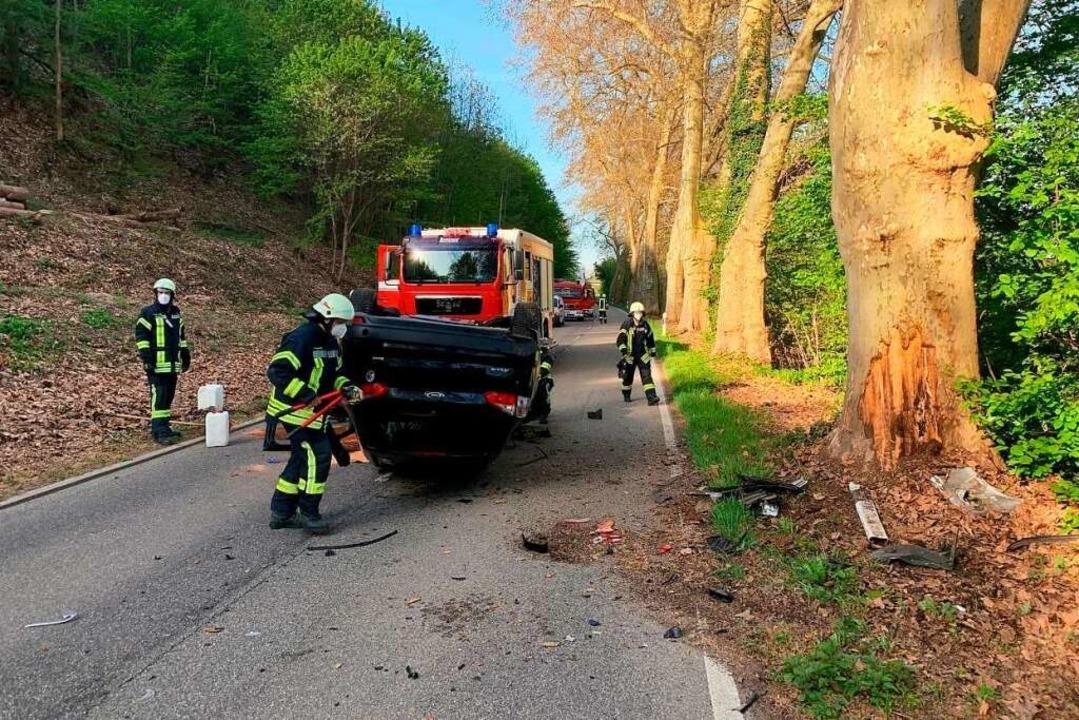 Das Auto überschlug sich und blieb auf dem Dach liegen.    Foto: Feuerwehr Waldkirch