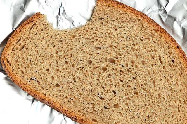 Warum wird altbackenes Brot durch Toasten kurzzeitig wieder frisch?