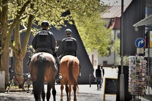 Reiterstaffel der Polizei kontrolliert Corona-Regeln in Lörrach