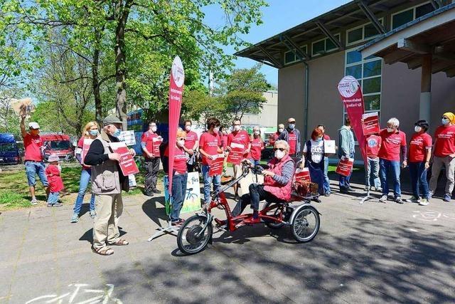 Aktivisten fordern bessere Fuß- und Radwege: Kundgebung vor der Entscheidung für den Freiburger Doppelhaushalt