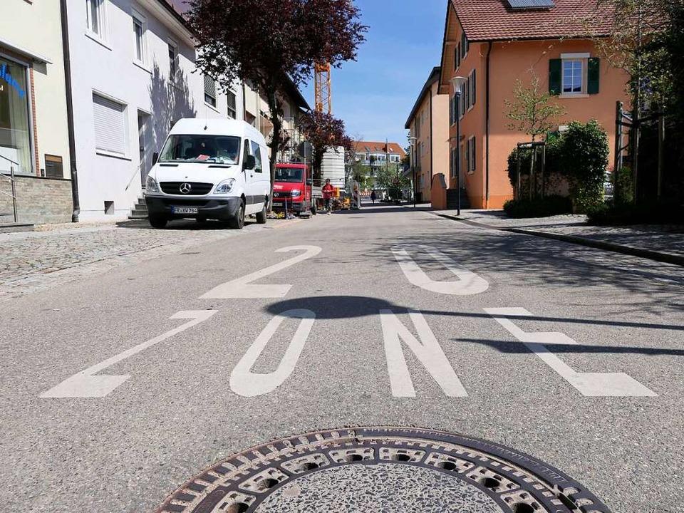 Die Beschriftung in der Gartenstraße m...ernhardusbrücke bei der Tempo-20-Zone.  | Foto: Hans-Peter Müller