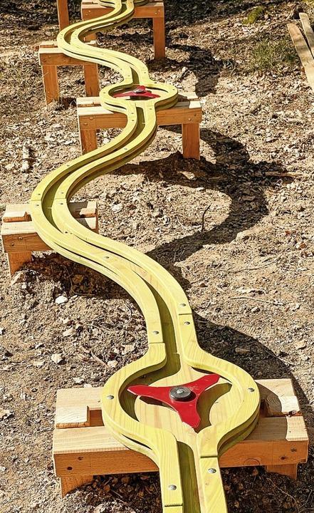 Eingebaute Hindernisse auf der Kugelbahn.    Foto: Wilfried Dieckmann