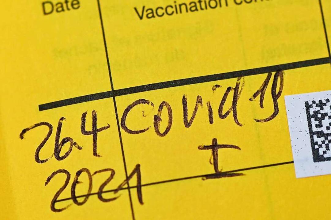 Eintrag einer Corona-Schutzimpfung im Impfpass (Symbolfoto).  | Foto: Patrick Pleul (dpa)