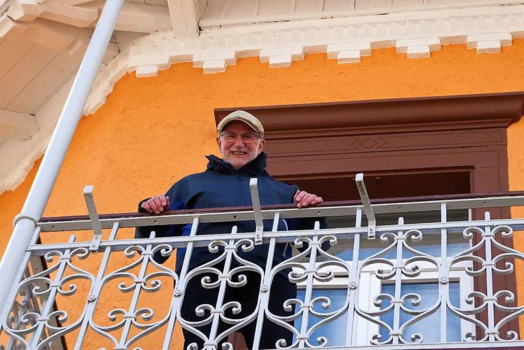 Alfons Woestmann auf dem Balkon des Ge...reuten Wohnens der Wohnungslosenhilfe.    Foto: Sylvia-Karina Jahn